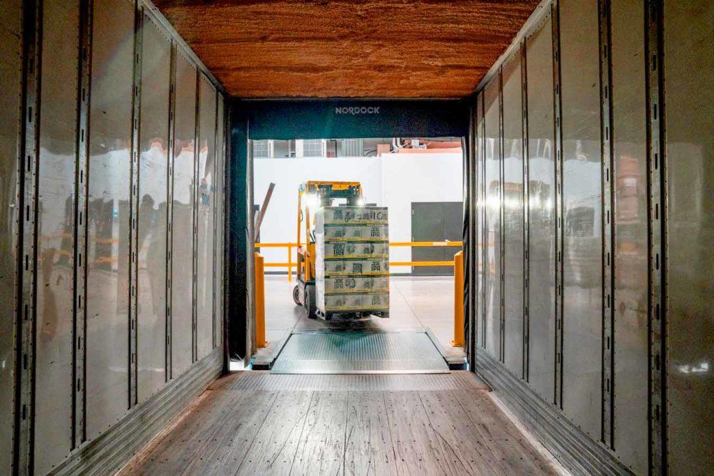 montacargas llevando carga a contenedor