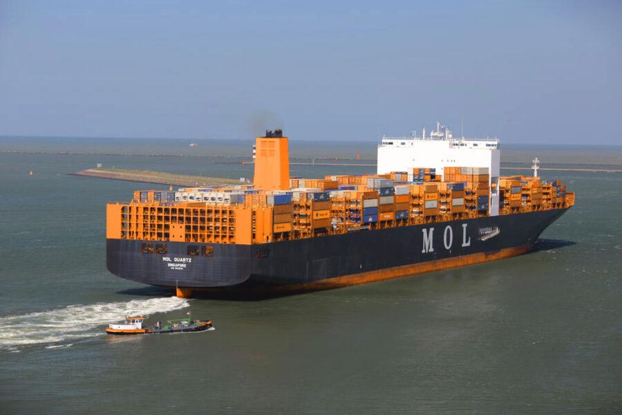 barco con contenedores